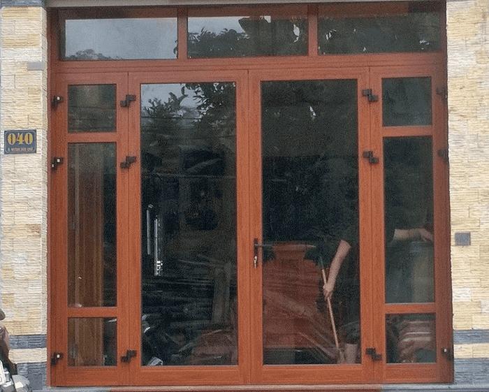 Kích thước cửa chính 4 cánh không cân bằng với 2 cánh phía trong chia ô.