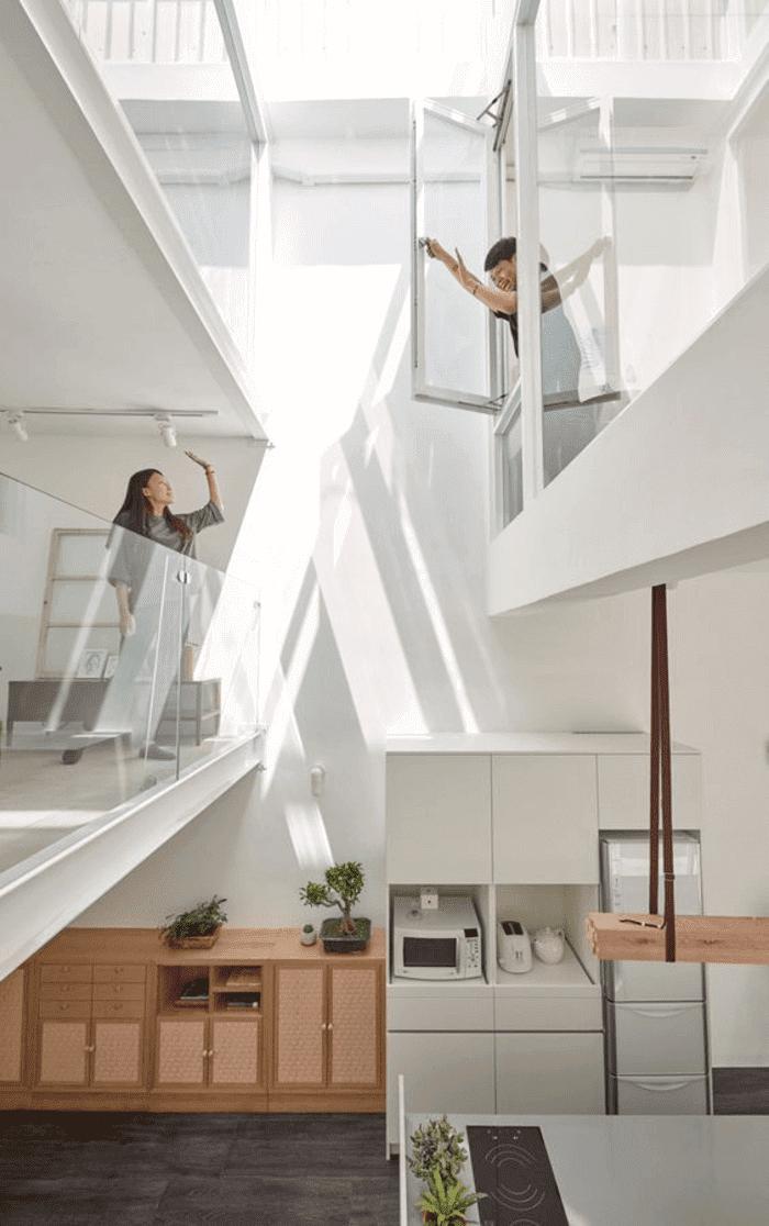 Giếng trời cầu thang vừa giúp lưu thông không khí tốt, vừa đem lại hiệu ứng truyền sáng sang trọng và độc đáo cho công trình.