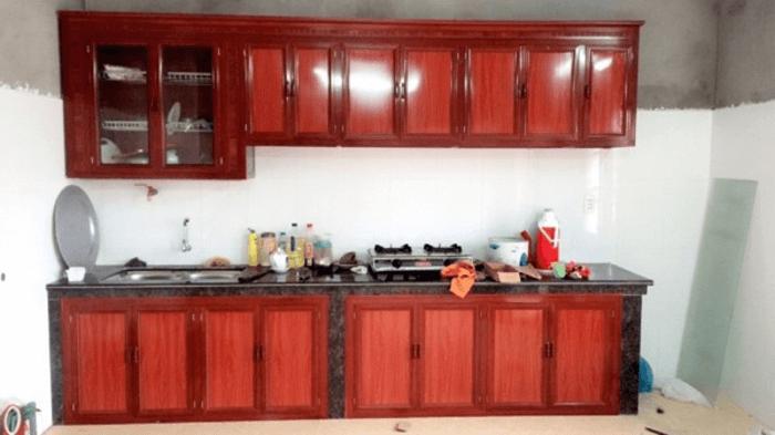 Báo giá làm tủ bếp giá rẻ chất liệu nhôm giả vân gỗ.