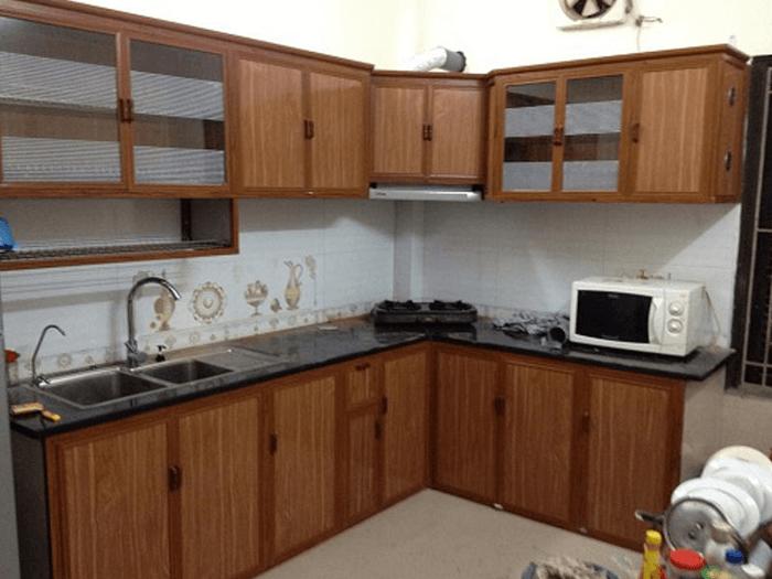 Mẫu tủ bếp đẹp hình chữ L nhôm kính sơn tĩnh điện.