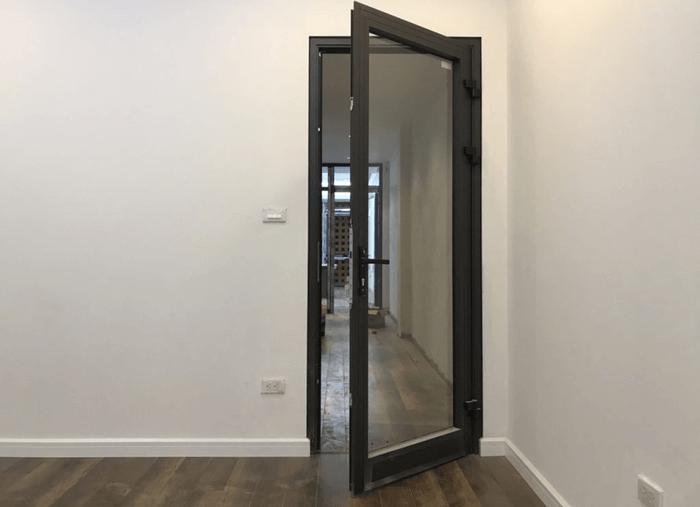Cửa nhôm 1 cánh đẹp cho cửa đi thông phòng.