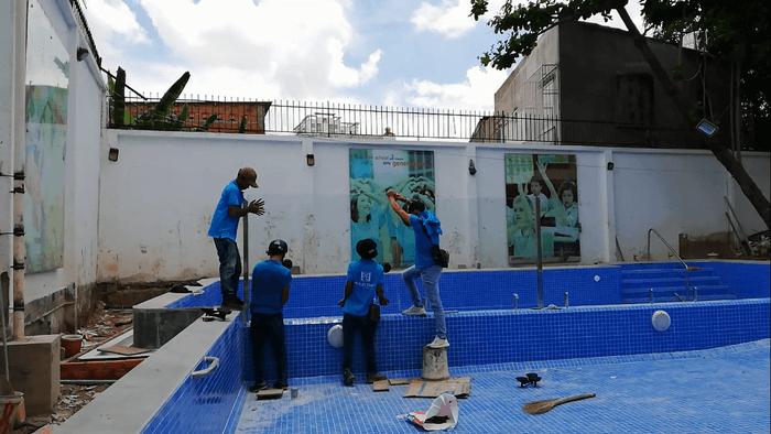 Lắp đặt lan can kính cường lực cho hồ bơi trường học quốc tế