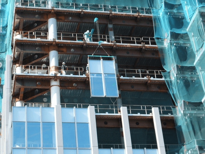 Lắp đặt các chi tiết vách kính Unitized ngoài công trình kính nhà cao tầng.