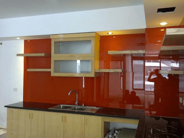 Kính màu ốp tường bếp sạch sẽ và dễ dàng vệ sinh.