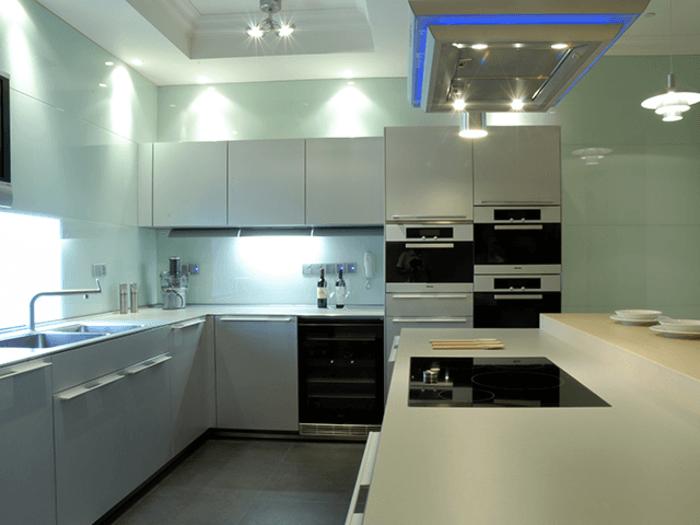 Sử dụng làm kính ốp tường bếp là ứng dụng phổ biến nhất của kính Glasskote.