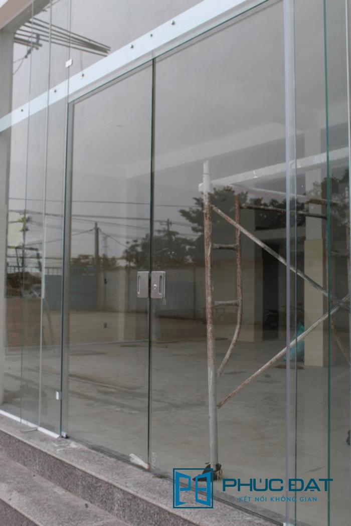 Mẫu cửa kính trượt ngang bán tự động lắp đặt tại huyện Bình Chánh, TpHCM - cửa kính lùa 2 cánh