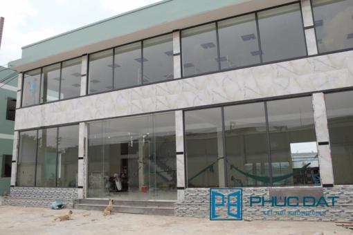 Vách kính mặt tiền showroom & văn phòng công ty ở huyện Bình Chánh.