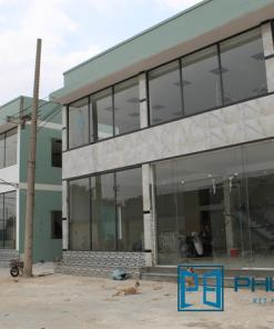 Mặt dựng kính cường lực khung nhôm Xingfa lắp đặt tại Bình Chánh, TpHCM.