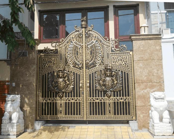 Cổng nhôm đúc mặt tiền nhà phố