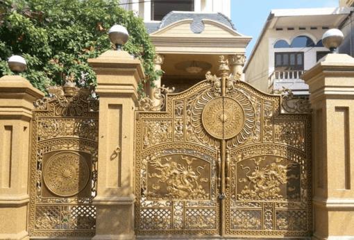 Cổng nhôm đúc hợp kim trang trí mặt tiền nhà phố.