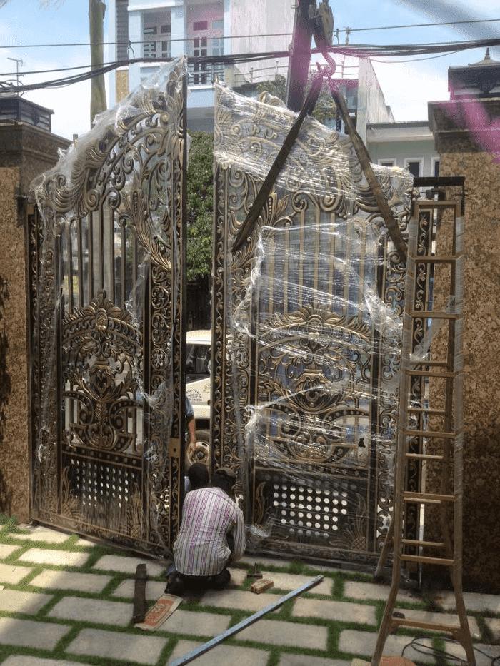 Lắp đặt cổng nhôm đúc hợp kim cho khách hàng ở TpHCM