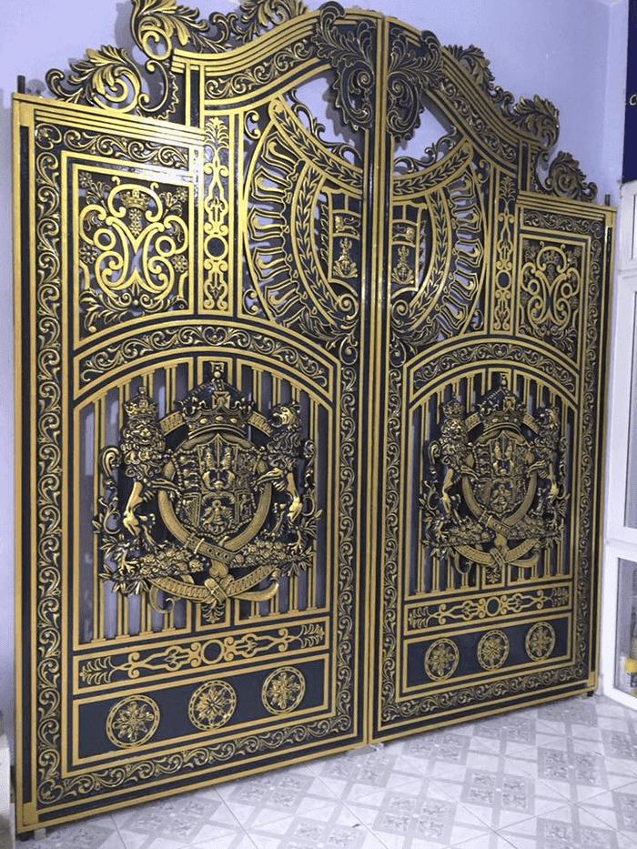 Mẫu cổng nhôm đúc trưng bày tại showroom
