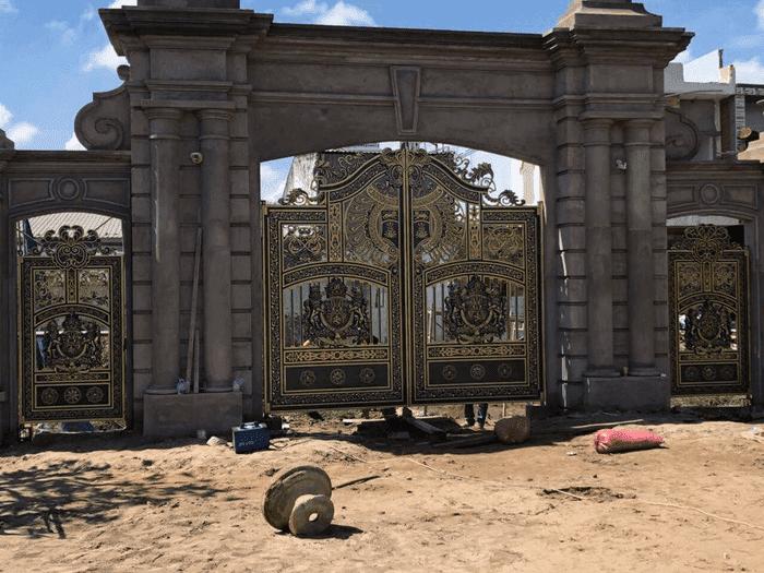 Mẫu cổng nhôm đúc cho biệt thự cực kì uy nghi & tráng lệ