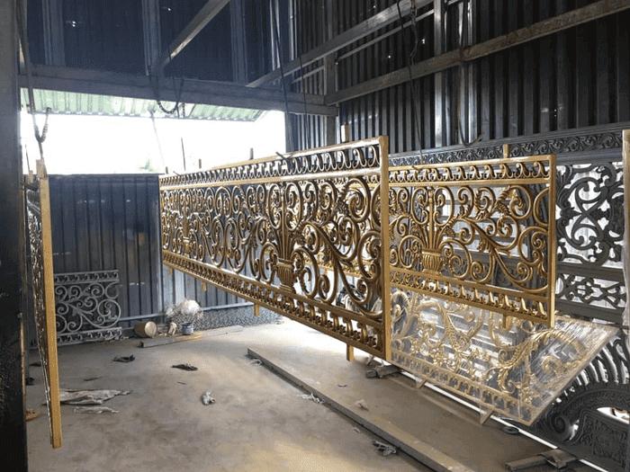 Để sản xuất được một bộ cổng nhôm đúc hoàn hảo về chất lượng cần tay nghề của người thợ, cái tâm của đơn vị sản xuất và sự đầu tư máy móc kỹ thuật.