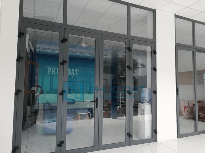 Hệ cửa nhôm Xingfa 55 tại showroom Phúc Đạt Door.