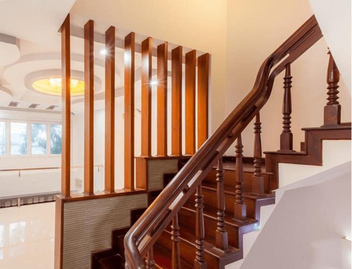 Cầu thang gỗ thường có giá mắc, nếu chọn loại giá rẻ sẽ kém bền. Bên cạnh đó cầu thang gỗ thường được làm tổng hợp hòa hợp với các nội thất gỗ khác trong nhà.