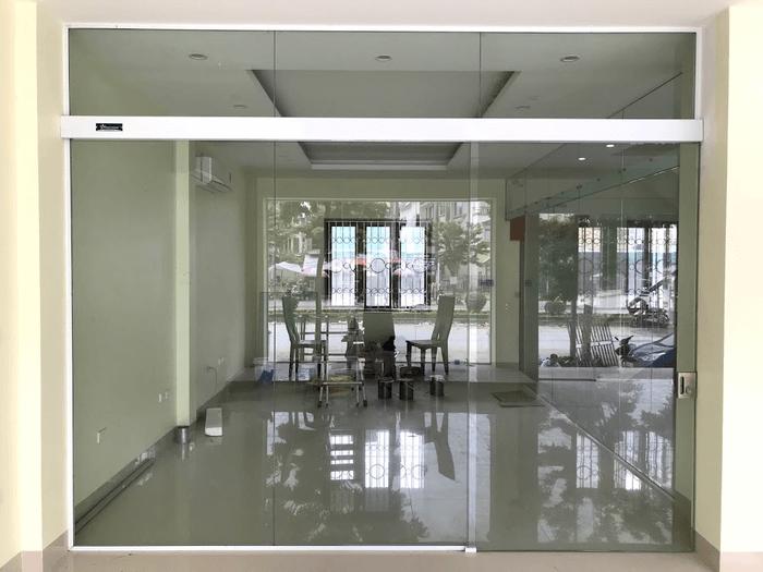 Cửa trượt bán tự động sử dụng cho văn phòng làm việc.