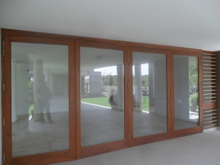 Mẫu cửa gỗ kính 4 cánh mở quay.