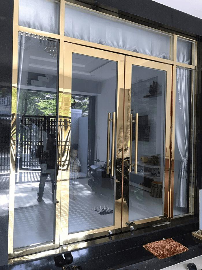 Cửa kính khung inox màu vàng gương đem lại sự sang trọng cho mặt tiền nhà.