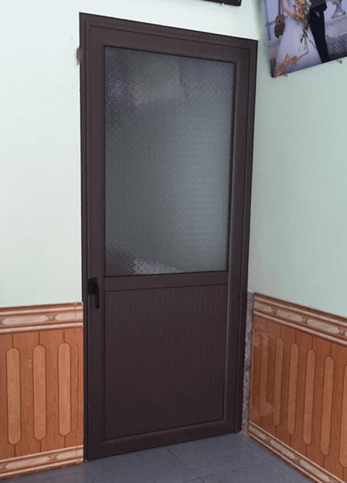 Cửa pano lắp đặt từ nhôm Xingfa cao cấp, thích hợp sử dụng cho cửa phòng ngủ, cửa nhà vệ sinh, nhà tắm.