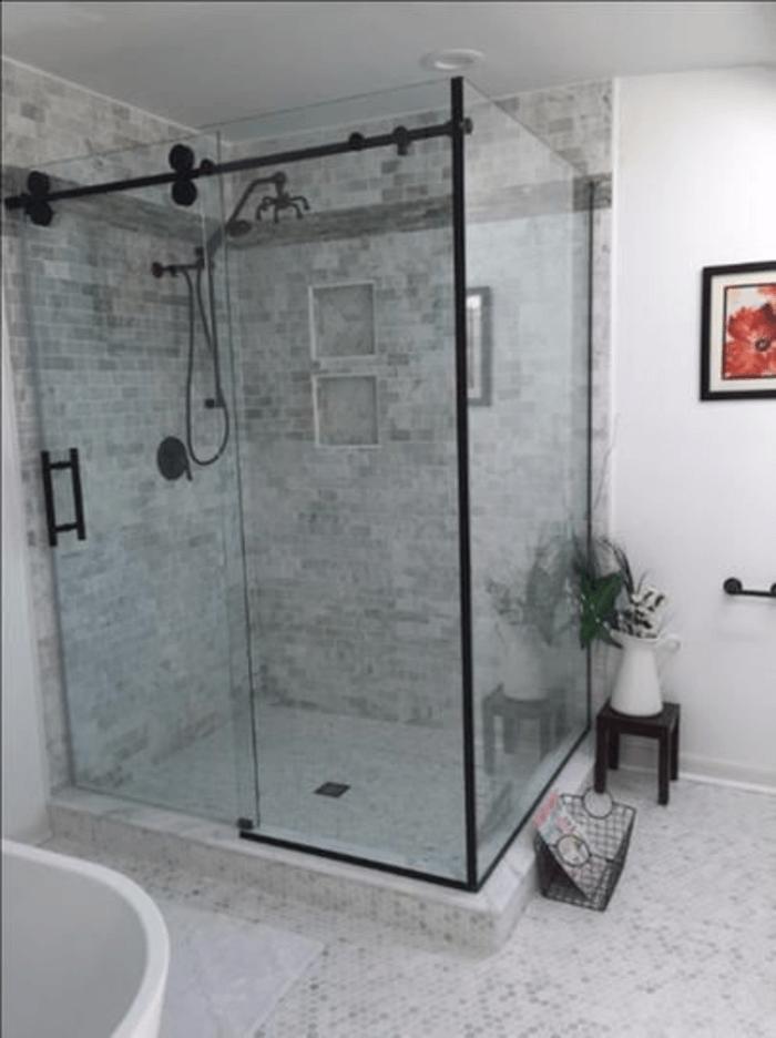 Vách tắm kính vuông cửa lùa.