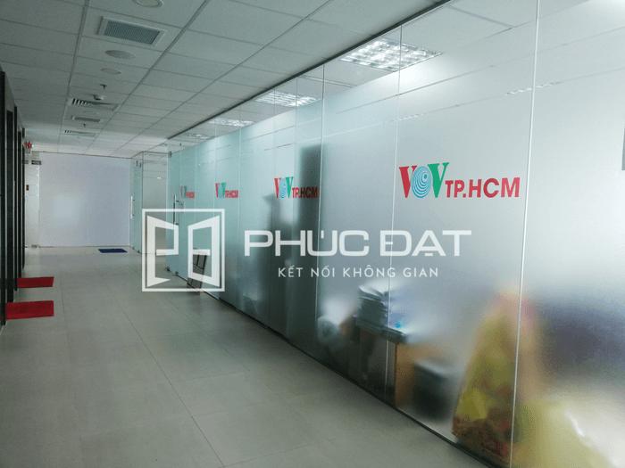 Công trình vách kính cường lực 10mm văn phòng VOV Nguyễn Thị Minh Khai.
