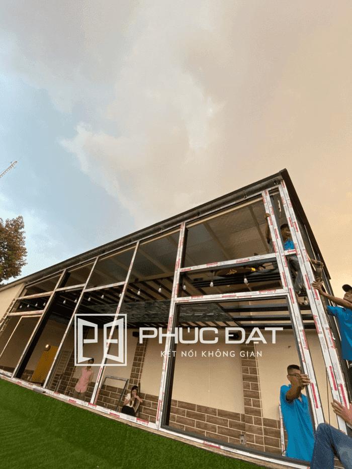 Công trình lắp vách kính cố định khung nhôm Xingfa tầng thượng nhà phố tại TPHCM.