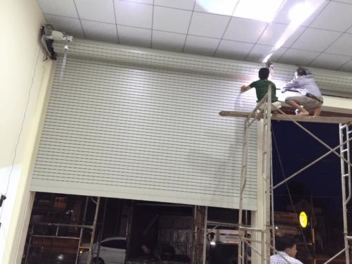 Sản phẩm cửa cuốn khe thoáng Đài Loan giá tốt trong những bước cuối lắp đặt hoàn thiện.