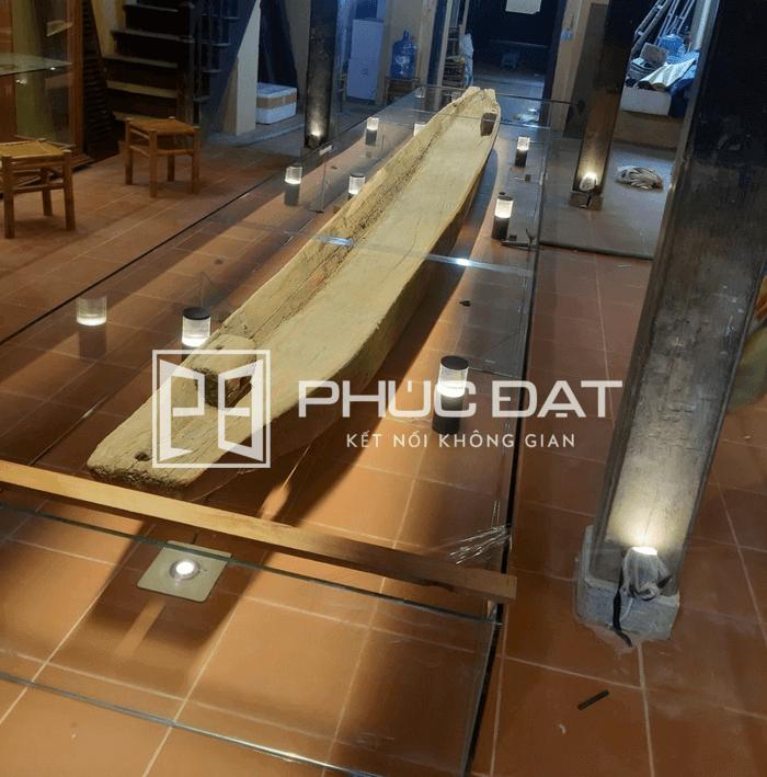 Mặt bàn kính nhà triển lãm đồ cổ ở Hội An.