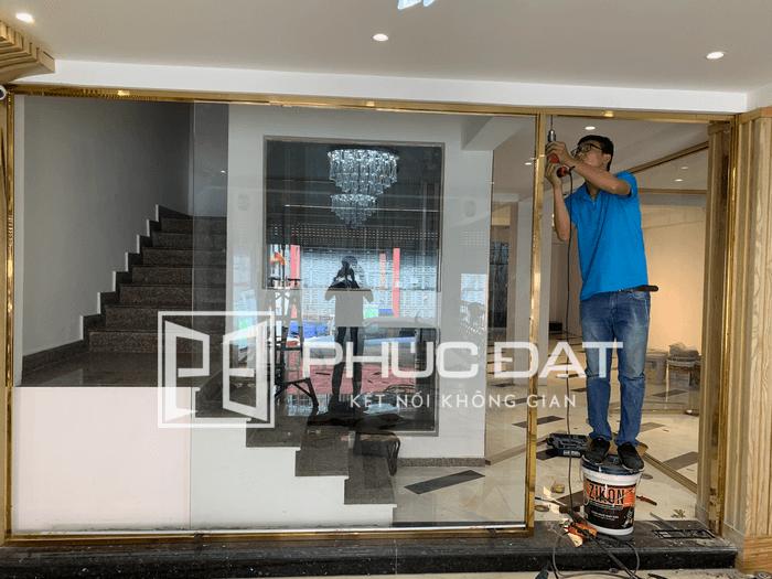 Việc tìm đơn vị lắp đặt cửa kính chuyên nghiệp, uy tín là rất quan trọng để đảm bảo chất lượng cửa và an toàn khi sử dụng.