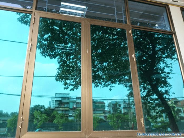 Cửa nhôm kính màu xanh với màu xanh của kính phản quang.