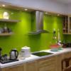 Kính ốp bếp màu xanh không chỉ đẹp mà còn có độ bền cao.