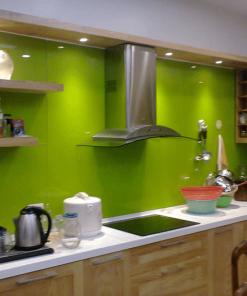 Kính ốp bếp màu xanh lá mang lại nét độc đáo, sang trọng cho không gian bếp.