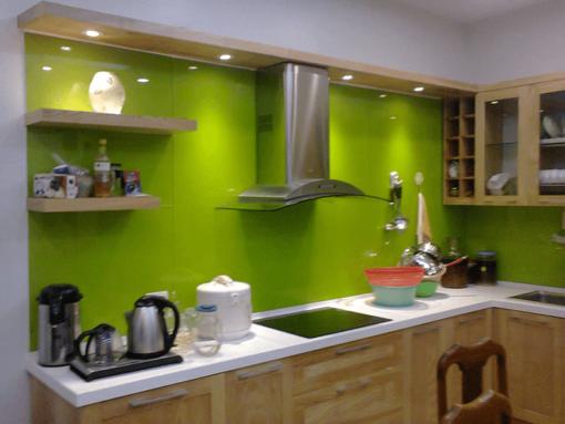 Trong các vật liệu ốp tường bếp trên thì kính ốp bếp có giá nhỉnh hơn nhưng các tiêu chí độ bền, thẩm mỹ hơn hẳn.