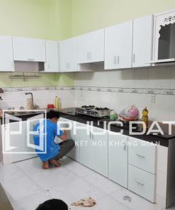 Mẫu tủ bếp màu trắng nhôm kính đơn giản và bền đẹp.