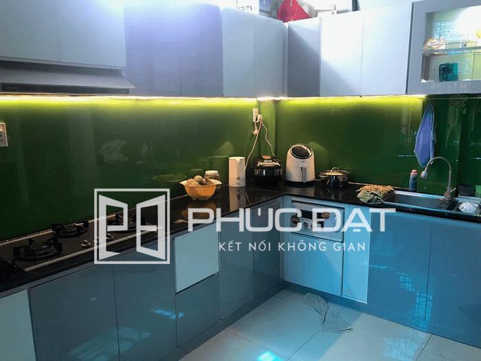 Tủ bếp kính trắng sữa, xanh ngọc kết hợp đèn chìm cực kì sang trọng.