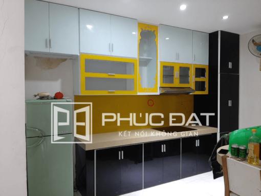 Thiết kế tủ bếp trên màu trắng, tủ bếp dưới màu đen.
