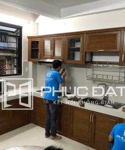 Tủ bếp nhôm kính sử dụng nhôm giả gỗ cao cấp.