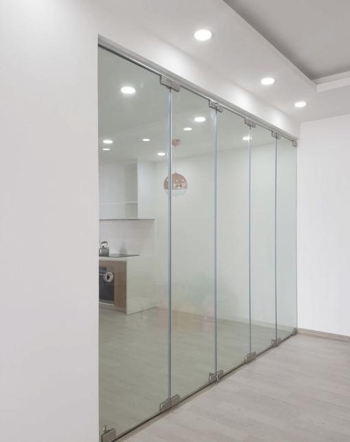Vách kính xếp trượt văn phòng còn được gọi là cửa kính xếp trượt, cửa kính lùa xếp.
