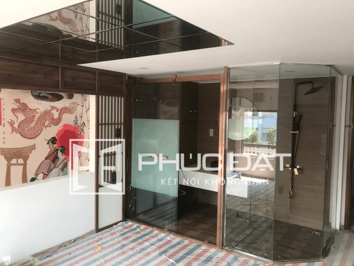 Kính cường lực phòng tắm mạ vàng cao cấp - Công trình khách sạn ở đường Phan Xích Long, quận Phú Nhuận, TpHCM.