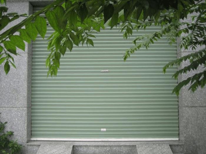 Cửa cuốn nhôm kéo tay lắp đặt cho gara ô tô.