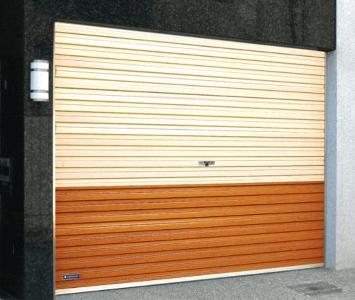 Mẫu cửa cuốn tấm liền gara 2 màu sơn được nhiều khách hàng lắp đặt.