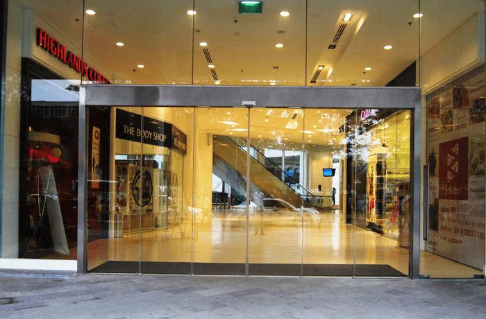 Cửa lùa tự động trung tâm thương mại.