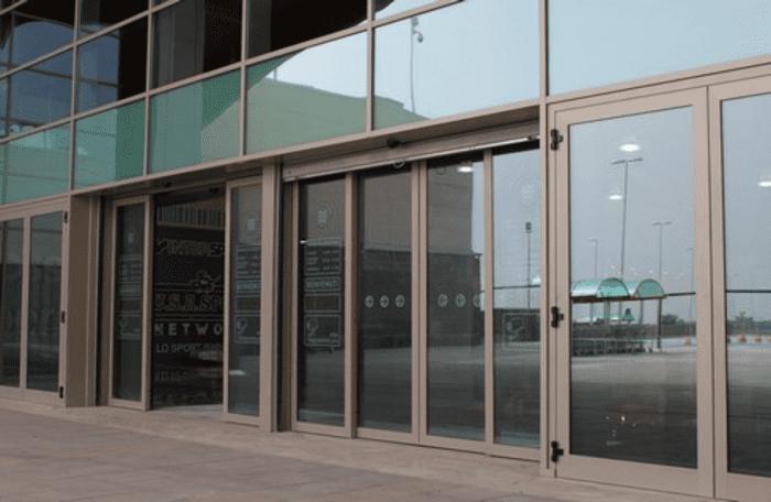 Cửa kính tự động thường thấy sử dụng trong siêu thị, trung tâm thương mại.