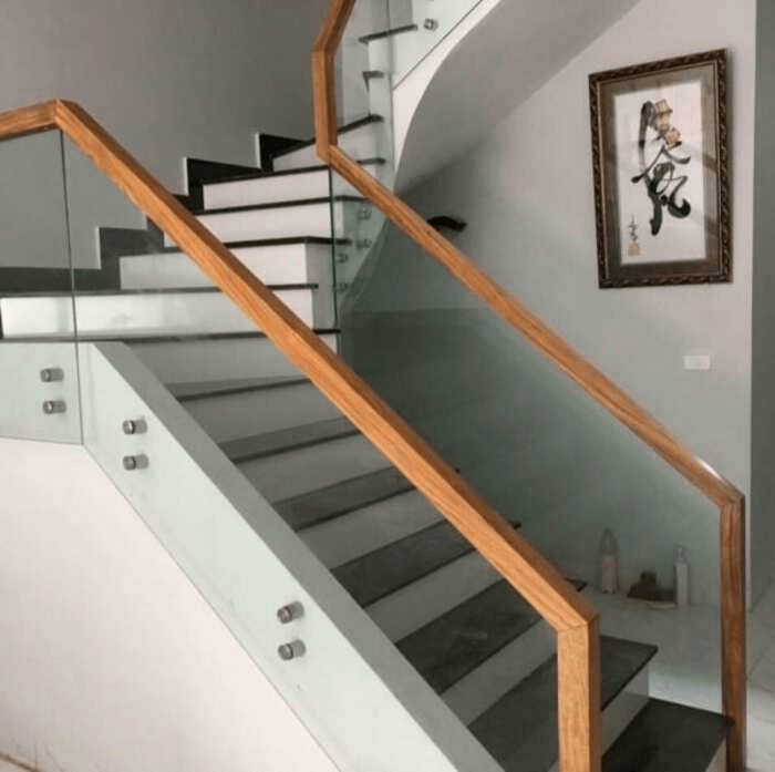 Cầu thang kính không trụ với thiết kế tối giản, được nhiều khách hàng lắp đặt cho nhà biệt thự, nhà phố liền kế xây mới.