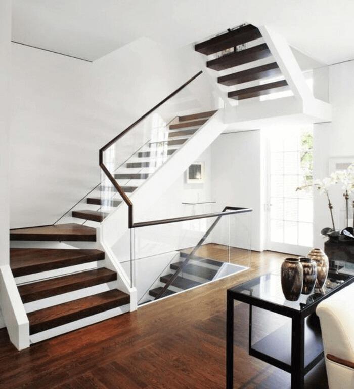 Sử dụng lan can cầu thang kính bạn cần bảo quản lau chùi, vệ sinh thường xuyên để cầu thang luôn đẹp như khi mới lắp đặt.