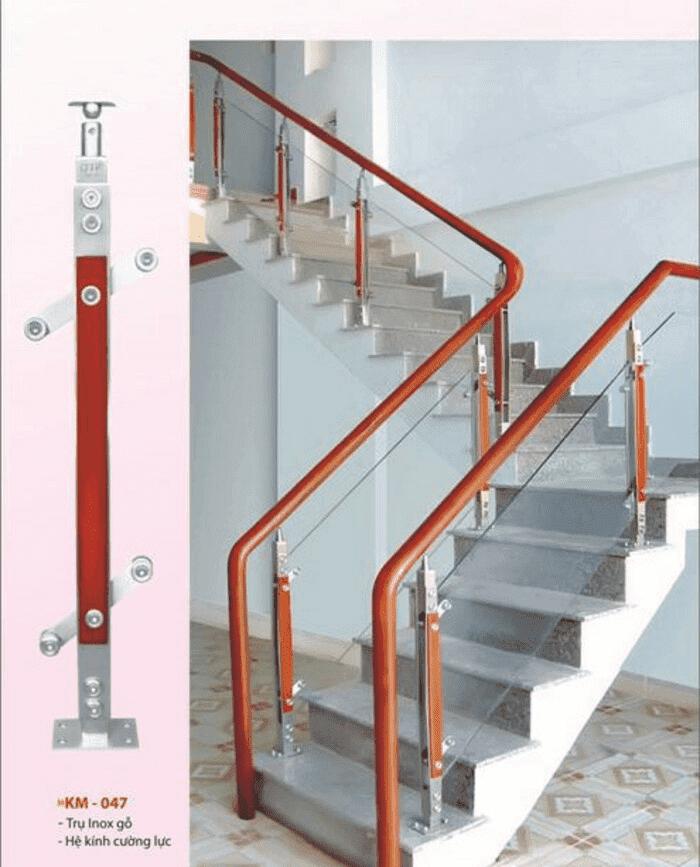 Chi tiết mẫu trụ cầu thang kính gỗ dạng trụ cao và hình lắp đặt thực tế.