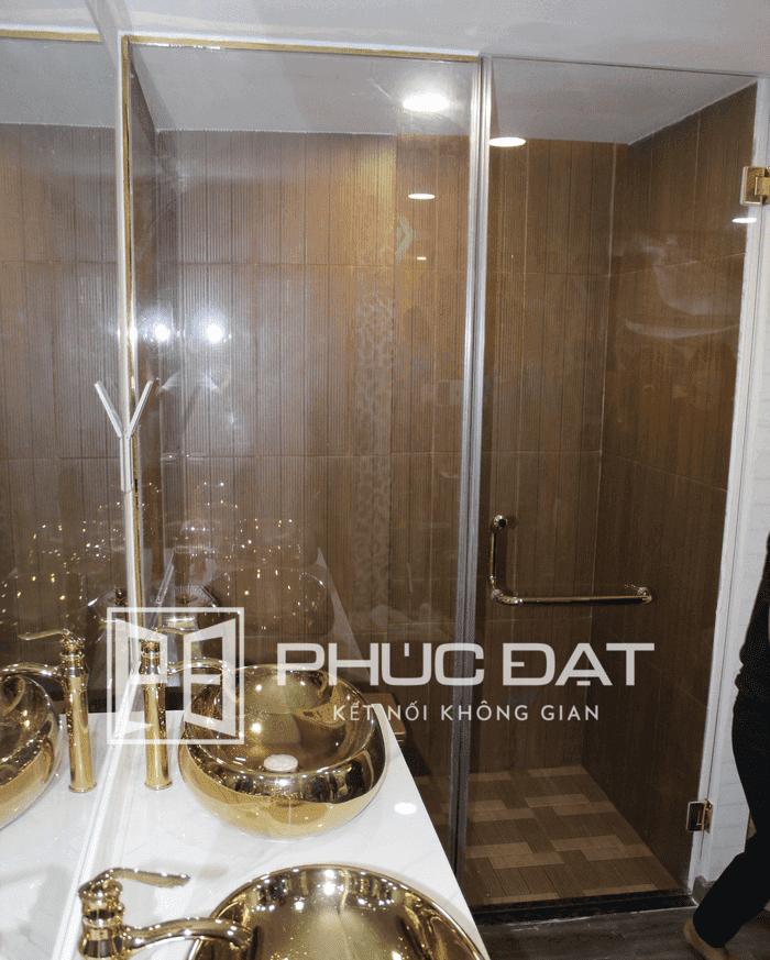 Cấu trúc phòng tắm kính cường lực sang trọng do Phúc Đạt thực hiện.
