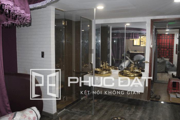 Phòng tắm kính Phúc Đạt lắp đặt cho khách sạn 2 sao cao cấp sử dụng tay nắm vắt khăn và bản lề 180 độ.