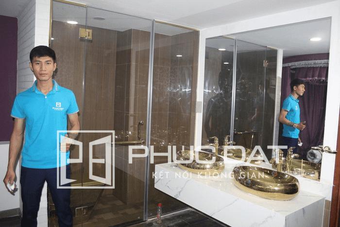 Phòng tắm kính cửa mở quay khung inox mạ vàng
